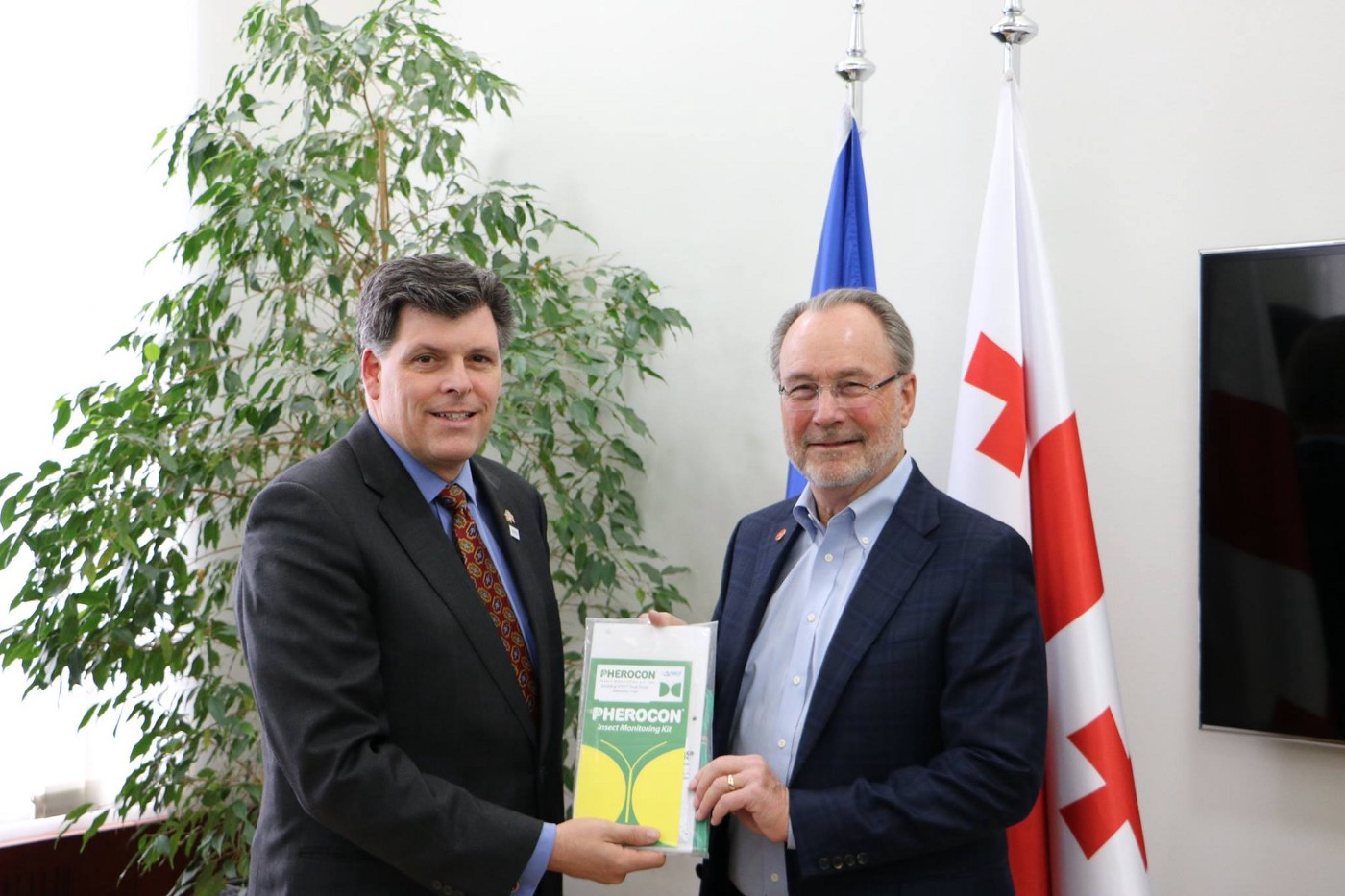 USAID Assistant Administrator Brock Bierman meets Trécé owner Bill Lingren during a visit to Georgia. / USAID/Georgia